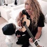 April 2016  Früh übt sich: Sasha musiziert mit seiner Mama.