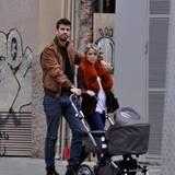 13. März 2013  Etwas müde wirken die Neu-Eltern bei einem Spaziergang durch Barcelona.