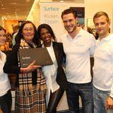 """GALA-Gewinnerin Christa Möller (2.v.l.) freut sich mit Motsi Mabuse über ihr nagelneues """"Surface""""-Tablet von Microsoft."""