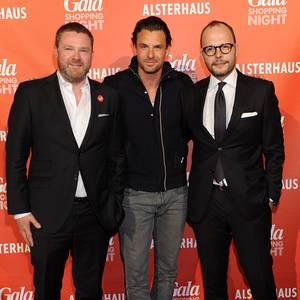 Und drinnen steht Stephan gleich mit GALA-Chefredakteur Christian Krug und Alsterhaus-Chef Alexander Franke im Blitzlichtgewitter.