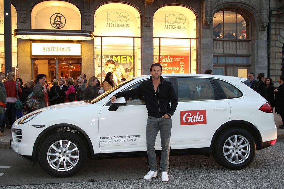 Stephan Luca hat sich mit dem Limousinenservice von Porsche direkt bis vor das Alsterhaus bringen lassen.