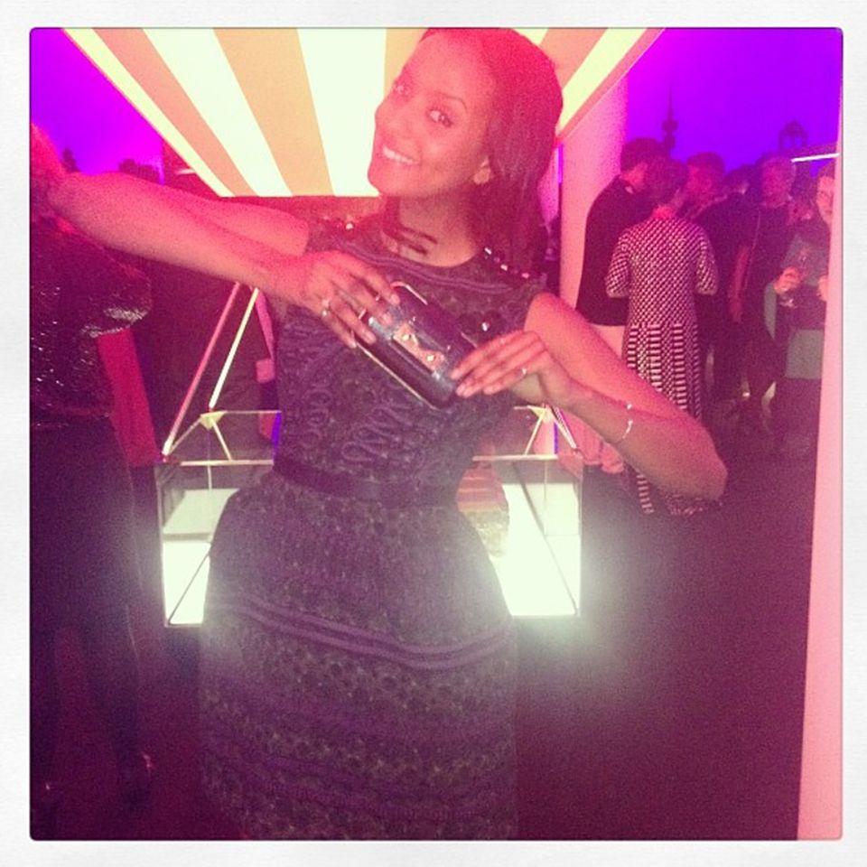 Sara Nuru zeigt ihren Tweeps stolz für welches Louis-Vuitton-Kleid sie sich für die Party entschieden hat.