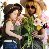 Rachel Zoe und der kleine Skyler erfreuen sich an bunten Frühlingsblumen.