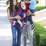 """Im Fernsehen gibt """"Jackass""""-Star Johnny Knoxville gern den harten Kerl, privat ist er ganz zahm. Hier macht er sich gut gelaunt mit seiner Frau Naomi Nelson und den Kindern Rocko Akira und Arlo Lemoyne Yoko auf den Weg zur Party. Knoxville hat aus einer früheren Ehe noch eine Tochter namens Madison."""