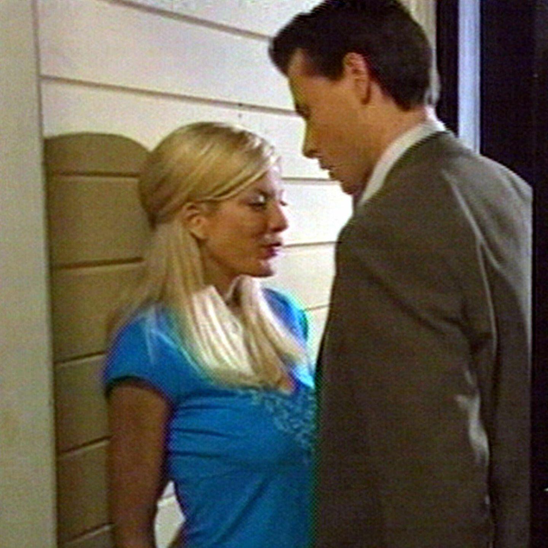 """2005  Bei den Dreharbeiten zum TV-Film """"Mind Over Murder"""" lernen sich Tori Spelling und Dean McDermott kennen. Damals ist sie gerade erst ein knappes Jahr mit dem Schauspieler Charlie Shanian verheiratet. Der reicht im Oktober die Scheidung ein. Spelling und McDermott verloben sich am 24. Dezember. """"Wir sind so unglaublich glücklich und verliebt. Wir können es nicht erwarten, unser gemeinsames Leben zu beginnen"""", zitiert """"People"""" die beiden damals."""