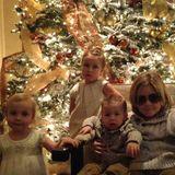 Dezember 2013  Mehr oder weniger begeistert posieren Toris und Deans Kinder an Weihnachten vor dem Weihnachtsbaum.