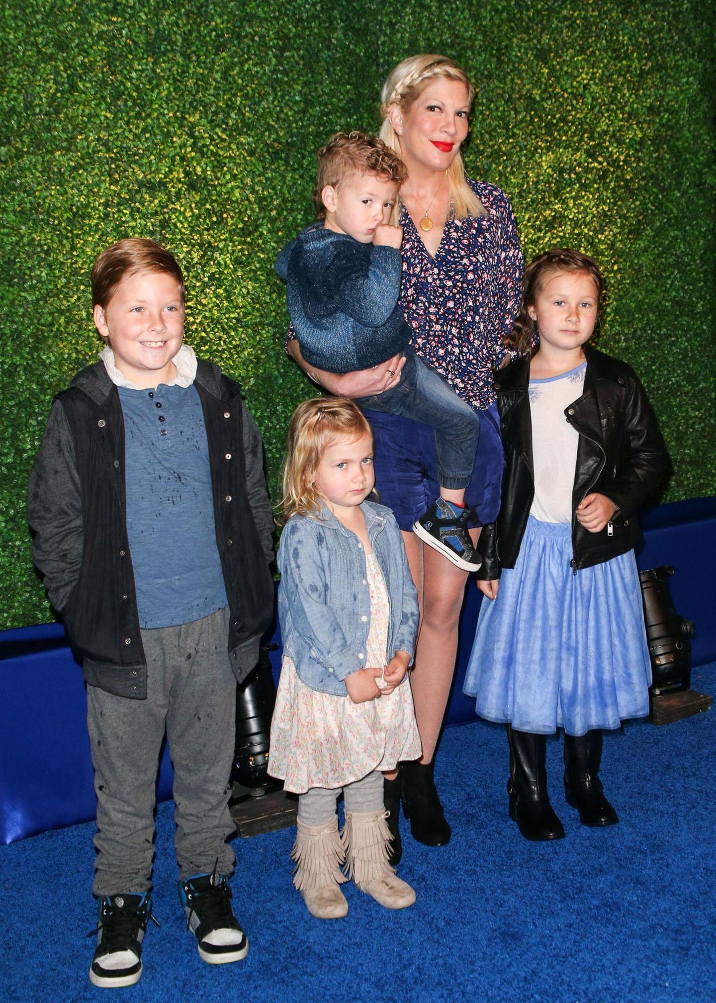Mai 2015  Tori Spelling posiert mit ihren Kindern für die Kameras, noch sind diese etwas eingeschüchtert von der ganzen Aufmerksamkeit.