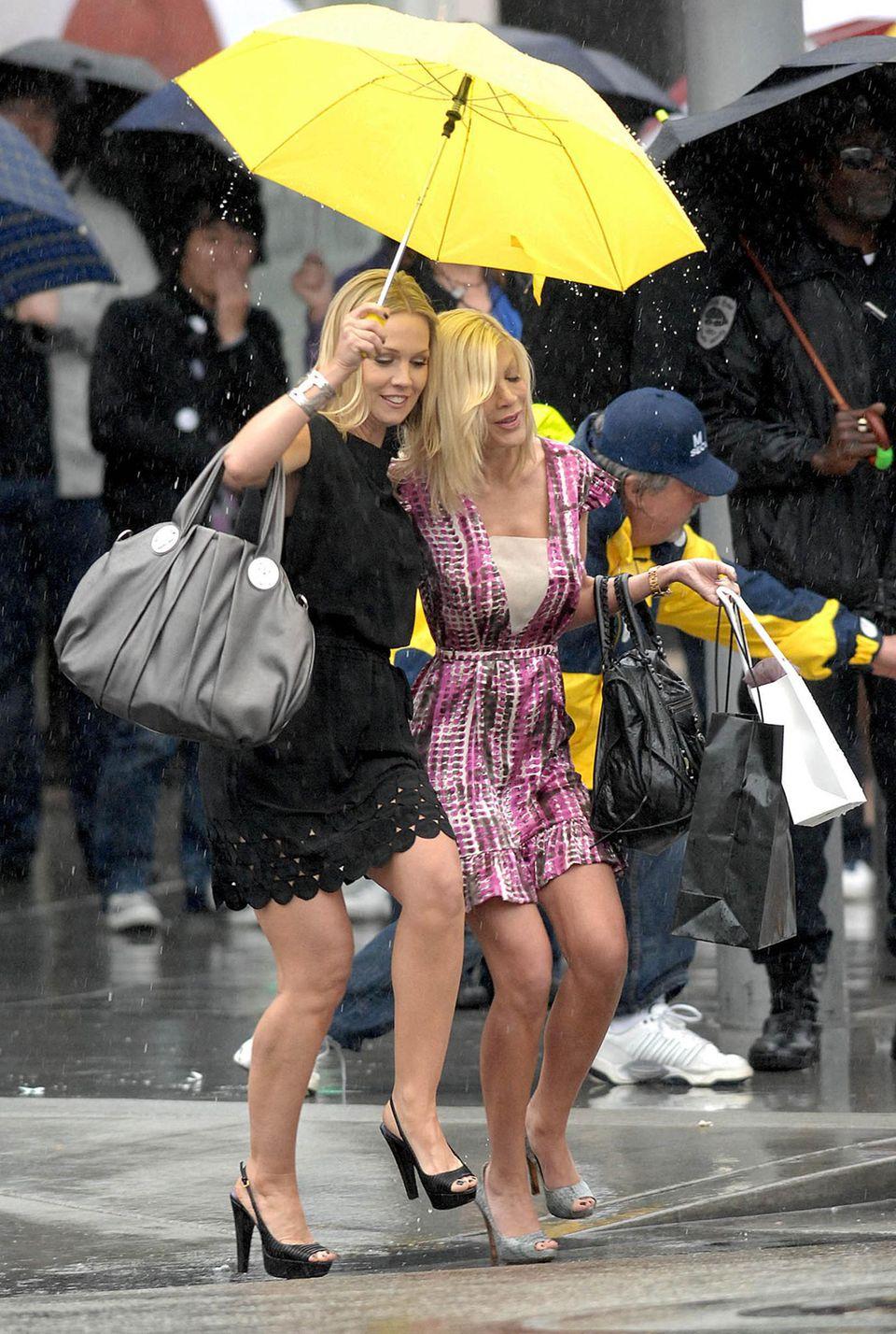 """Februar 2009  Eigentlich wollte sie nicht mehr mitspielen, aber dann hat Tori Spelling die Gastrolle doch angenommen: Mit ihren Kollegen von """"Beverly Hills, 90210"""" - wie hier Jennie Garth - steht sie für die Neuauflage """"90210"""" wieder als """"Donna Martin"""" vor der Kamera."""
