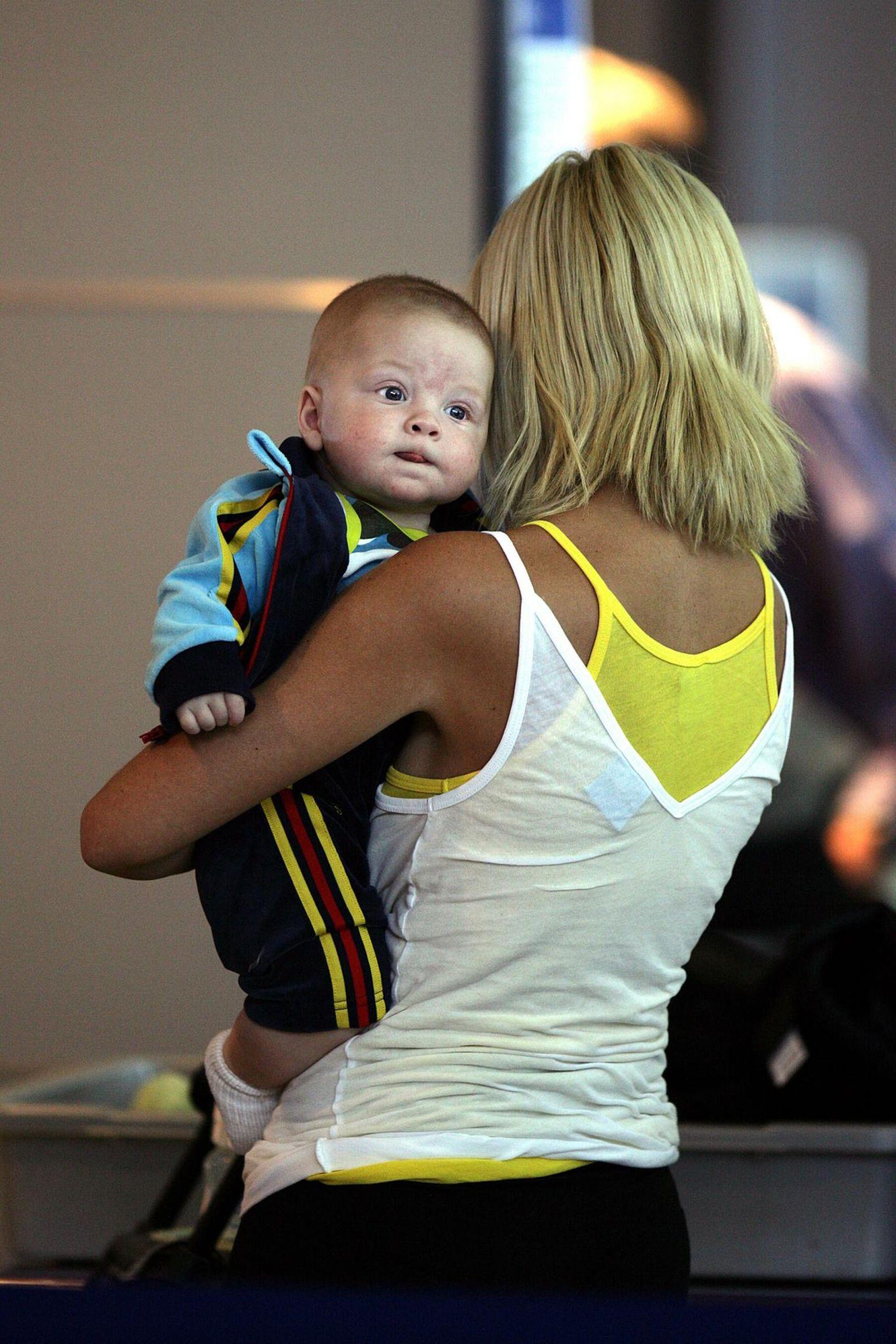 """April 2007  Am 13. März 2007 kommt Sohn Liam Aaron McDermott zur Welt. Er bekommt den Namen von Toris Mitte 2006 verstorbenen Vater Aaron Spelling. Kurz vor dessen Tod hatte sich die Schauspielerin mit ihm versöhnt, nachdem sie neun Monate lang keinen Kontakt zu dem 86-jährigen """"Beverly Hills 90210""""-Produzenten gehabt haben soll."""