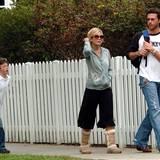April 2006  Tori und Dean holen seinen siebenjährigen Sohn Jack von der Schule ab. Mit der Hochzeit wird die Schauspielerin zur Stiefmutter. Jack stammt aus McDermotts erster Ehe mit der kanadischen Schauspielerin Mary Jo Eustace.
