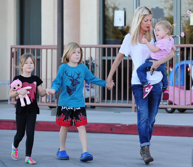 Januar 2014  Tori Spelling ist mit ihren Kindern Stella, Liam und Hattie auf dem Weg zum Auto. Beim Kinderarztbesuch bekamen die drei jeder einen Lolli.