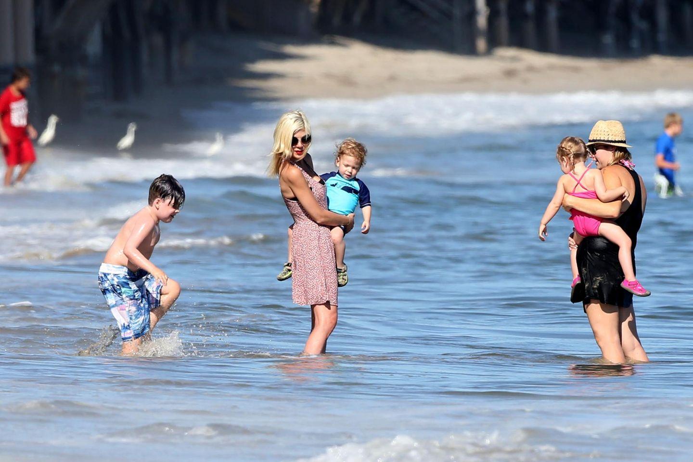 Juli 2014  Ausflug an dem Strand von Malibu: Tori planscht mit ihren ihren Kindern in den Fluten des Pazifik.