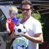 April 2014  Dean McDermott kommt mit seinem jüngsten Sprössling Finn Davey vom Arzt. Der Kleine hat sich am Kopf verletzt.
