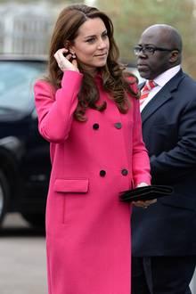 Pretty in Pink: Nur wenige Wochen vor der Geburt ihres zweiten Kindes ist Herzogin Catherine schöner denn je. Ihren Babybauch versteckt sie unter einem pinken Mantel von Mulberry für knapp 2000 Euro.