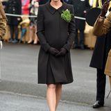 Diesmal nicht in Grün, aber im eleganten, dunkelgrau-braunem Mantel von Catherine Walker feiert Herzogin Catherine den St. Patrick's Day im südenglischen Aldershot.