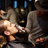 """Der Bart muss ab. Silvio Heinevetter nimmt es gelassen und liegt entspannt im Barbier-Stuhl bei """"Wheadon"""" in Berlin"""