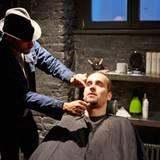 Barbier Will Exposito wendet bei großen Flächen die Fadentechnik an. Dabei werden die Härchen schnell und (fast) schmerzfrei ausgezupft