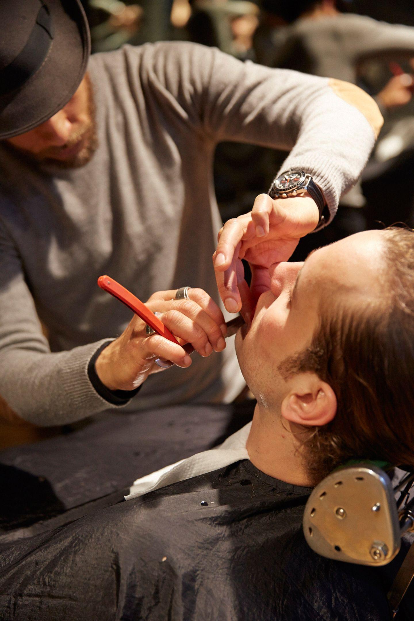 Für den perfekten Schliff des Oberlippenbartes sorgt das Rasiermesser. Mit ihm setzen Styling-Profis wie Will ganz präzise Konturen