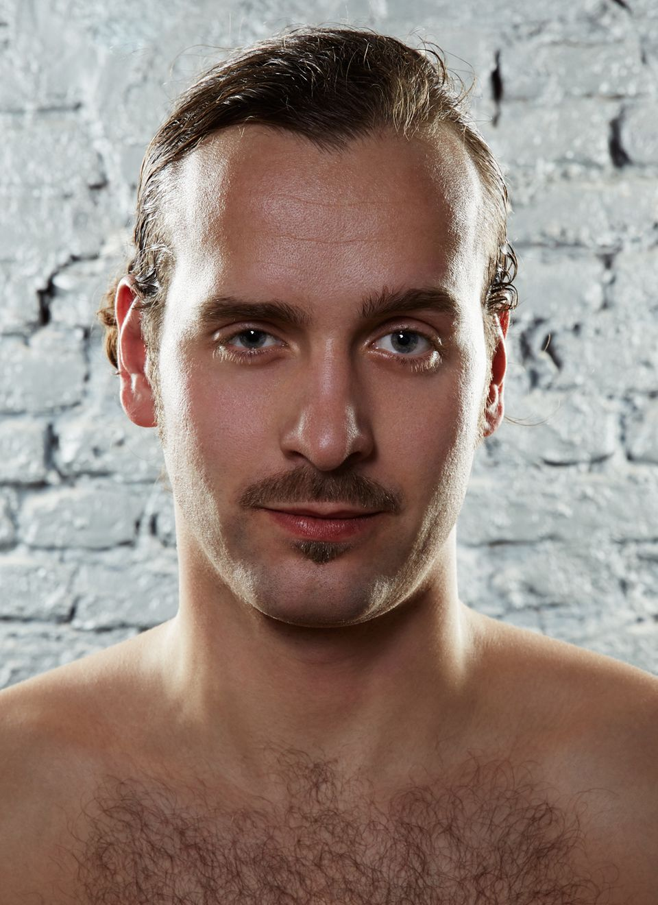"""Der Retro-Schnauzer   Berühmte Vorbilder Tom Selleck alias Magnum, Christoph Daum, Horst Schlämmer.   Geeignet für Bewohner aus Berlin-Mitte, Männer, die selten Pils trinken oder die – in Kombination mit starker Körperbehaarung - viel Sex ausstrahlen wollen.   So geht's  Egal ob Sie sich einen Zwirbel-, Walross- oder Menjou-Bart züchten: Um dem O-Li-Ba wieder zu uneingeschränkten Ehren zu verhelfen, muss der Rest des Gesichts glatt rasiert werden. Beim Konturieren unbedingt eine kleine Bartschere verwenden! Und achten Sie darauf, dass die Nasenhaare kurz gestutzt sind und der Oberlippenbart zu den Seiten hin schmal ausläuft. Übrigens sorgt ein kleines Dreieck unterhalb der Unterlippe für einen weicheren und harmonischeren Look.   Silvios Fazit: """"D'Artagnan lässt grüßen!"""""""