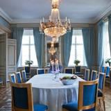 Im in Blautönen gehaltenen, prunkvollen Esszimmer können Daniel und Victoria Gäste auch zum Essen empfangen. Der große Tisch in der Mitte kann bei Bedarf noch so vergrößert werden, dass er den gesamten Raum ausfüllt. Zwischen den beiden Fenstern, die die Sicht auf den schwedischen Binnensee Brunnsviken freigeben, ist ein Spiegel angebracht, der noch von den Burgmauern aus der Bauzeit des Schlosses stammt.