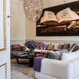 ... das Wohnzimmer. Die Sofas lassen den Raum modern aber gemütlich wirken, die Bilder an den Wänden zeigen Motive aus der königlichen Bernadotte-Bibliothek im Stockholmer Schloss.