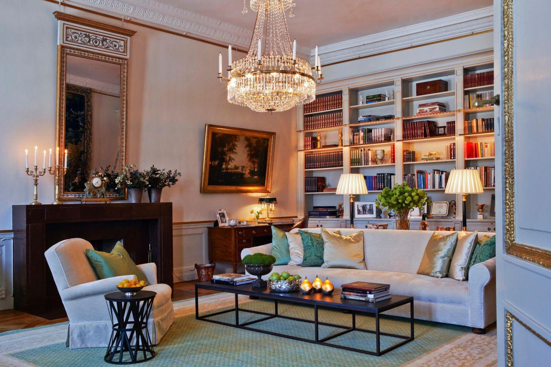 Im Bücherzimmer wird Altes mit Neuem vermischt: Der Kamin stammt aus den 30er-Jahren, das Bild rechts daneben zeigt Schloss Haga, wie es um 1805 ausgesehen hat. Es gehört der Kunstsammlung der Stadt Stockholm. Wenn Gäste kommen, zieht es Victoria und Daniel jedoch eher in ...