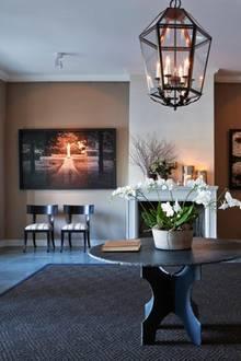 ...dem großen Eingangsbereich. Er verbindet die Parklandschaft rund um das Anwesen mit dem Inneren des Erdgeschosses. Zu den modernen Stühlen hat das Paar Bilder des schwedischen Fotografen Ralf Turander kombiniert. Sie zeigen das Königsschloss Drottningholm, wo Victoria aufgewachsen ist, sowie Daniels Heimatort Ockelbo.