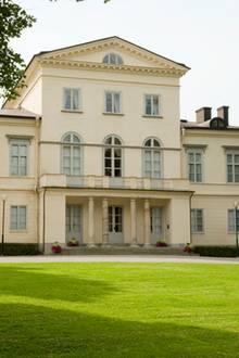 Das ist das Schloss Haga im schwedischen Solna bei Stockholm. Es wurde von 1802 bis 1805 für den damaligen König Gustav iV. Adolf gebaut. Hier leben seit ihrer Hochzeit 2010...