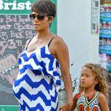 Mutter und Tochter in farbenfrohen Musterkleidern: Halle Berry und Nahla mögen's knallig.