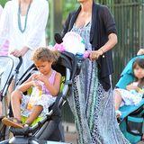 Im auffällig gemusterten Maxikleid besucht Halle mit Nahla das Disneyland im kalifornischen Anaheim.