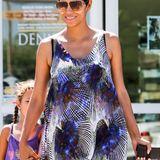 Lila Laune: Halle Berry besucht im Hängerkleid mit Pfauenmuster einen Supermarkt. Tochter Nahle scheint der Look zu gefallen - sie trägt ein farblich passendes Top.