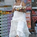 Zu der braunen Haut von Halle Berry sieht das cremefarbene Volantkleid aus Leinen besonders toll aus.