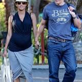 Im lässigen Wickelrock und mit schlichtem, schwarzen Shirt spaziert Halle Berry gut behütet an der Seite ihres Ehemannes Olivier Martinez durch Los Angeles.