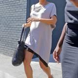 Auch wenn sie in ihrer Schwangerschaft weite, fließende Kleidungsstücke bevorzugt, verzichtet Halle Berry nicht auf ein farblich abgestimmtes Paar Sandaletten mit Keilabsatz.