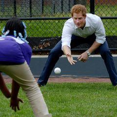 Der Prinz nimmt als Sportfan an einer Partie Baseball teil.