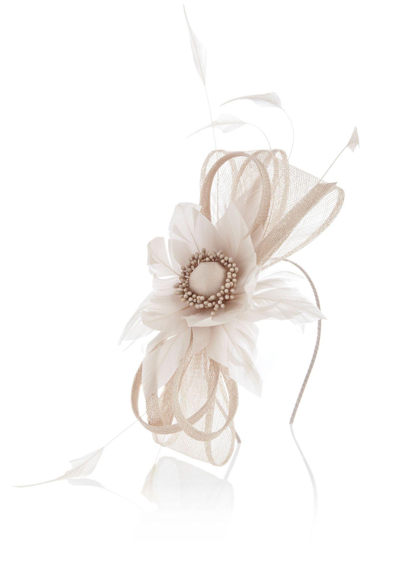 Romantisches Highlight zum femininen Outfit: zierlicher Haarreif mit Federn, Bändern und Blüte. Von Coast, ca. 60 Euro