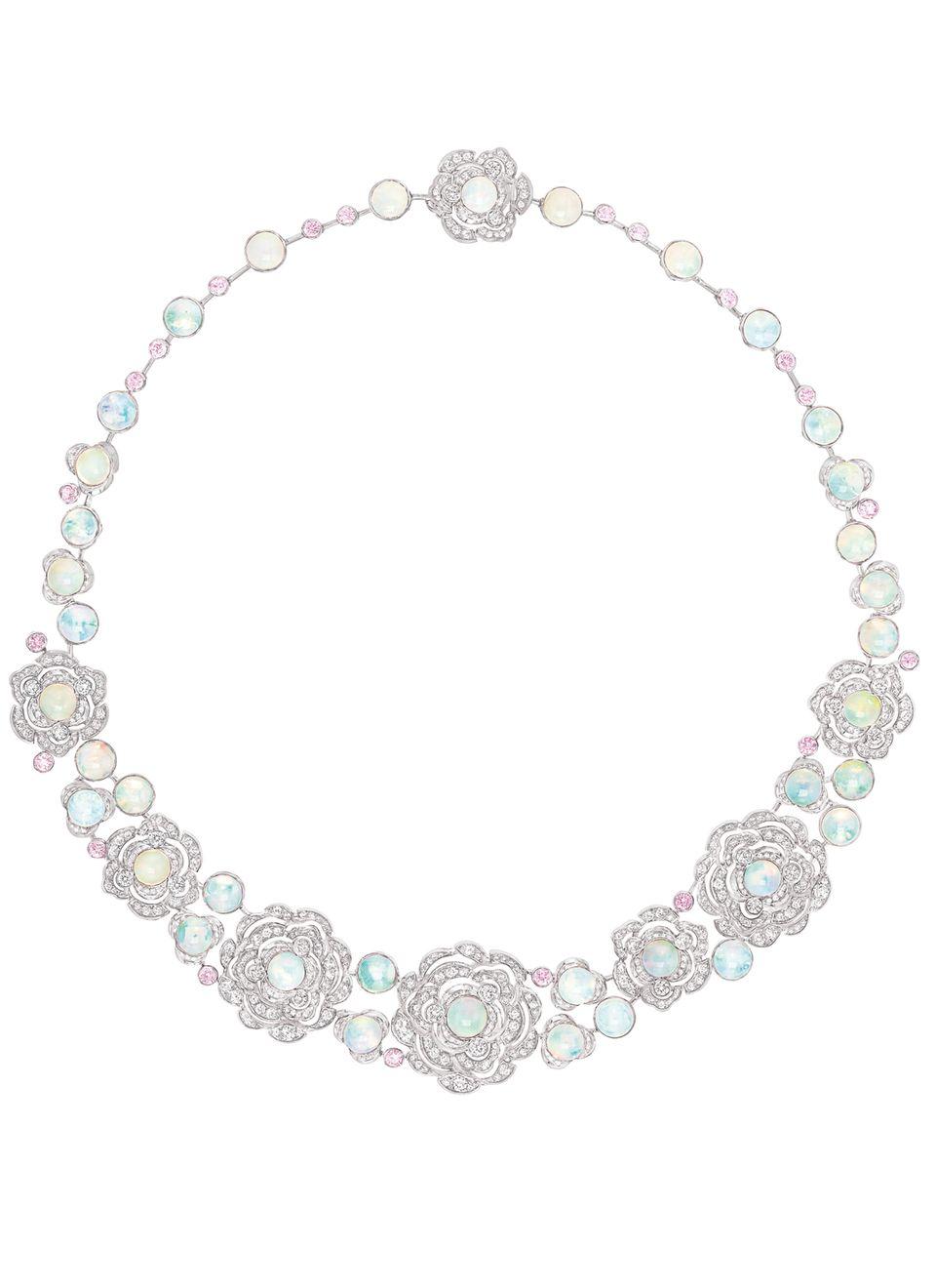 Sogar Juwelen-Queen Liz Taylor wäre wohl sprachlos gewesen beim Anblick dieses Colliers aus Weißgold mit Diamanten und schimmernden Opalen. Von Chanel Joaillerie, Preis auf Anfrage