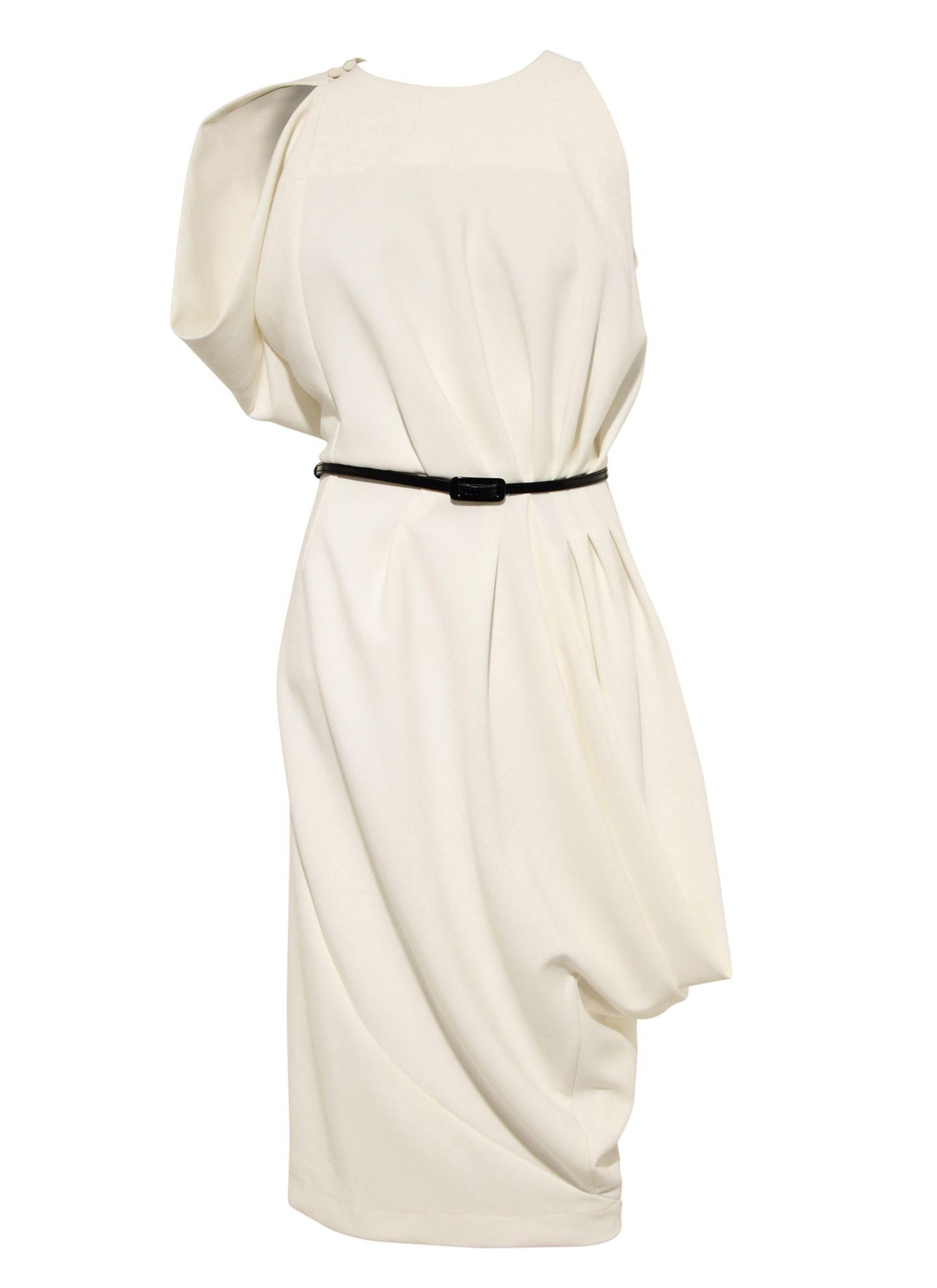 Das cremefarbene asymmetrische Kleid aus weich fallendem Crêpe wirkt besonders weiblich. Von Unrath & Strano, ca. 795 Euro