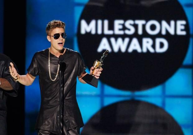 """Juston Bieber gewinnt den """"Milestone Award""""."""