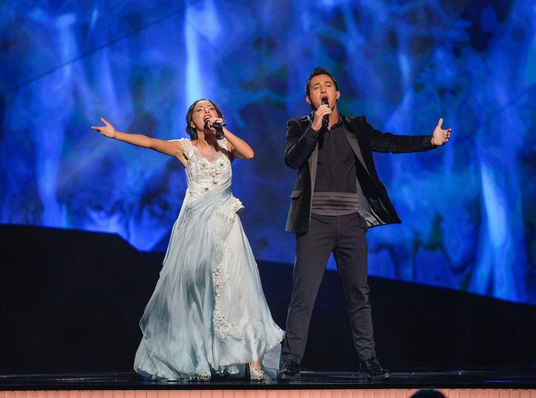 """Georgien will das Eurovision-Volk mit einem Liebesduett und ausladenden Gesten überzeugen. Sophie und Nodi singen """"Waterfall""""."""