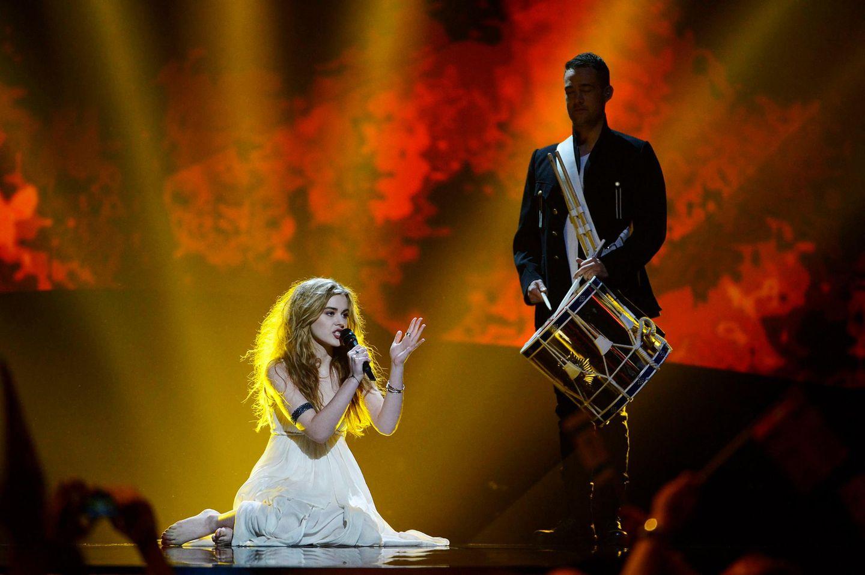 """Sie sitzt barfuß mit zerzausten Haaren auf der Bühne, singt ihr Lied """"Only Teardrops"""" und im Hintergrund trommelt jemand: So tritt Emmelie de Forrest für Dänemark an."""
