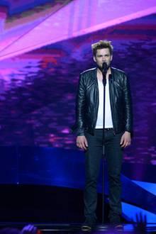 """Er steht zwar scheinbar etwas verloren auf der Bühne rum, Andrius Pojavius aus Litauen macht jedoch kraftvollen Rock und will mit seinem selbstkomponierten """"Something"""" die Eurovision-Gemeinde erobern."""