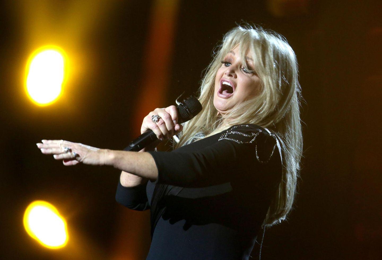 """Großbritannien greift nach Engelbert Humperdinck im vergangenen Jahr wieder tief die Musikikonen-Trickkiste: Bonnie Tyler singt """"Believe In Me"""" und glaubt wahrscheinlich selbst, dass sie Chancen hat, zu gewinnen. Humperdinck wurde übrigens Vorletzter."""