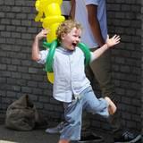 """Henry freut sich riesig über seinen """"Banana Man""""-Luftballon."""