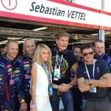 """David Hasselhoff und seine Freundin Hayley Roberts statten dem """"Red Bull""""-Team einen Besuch ab."""