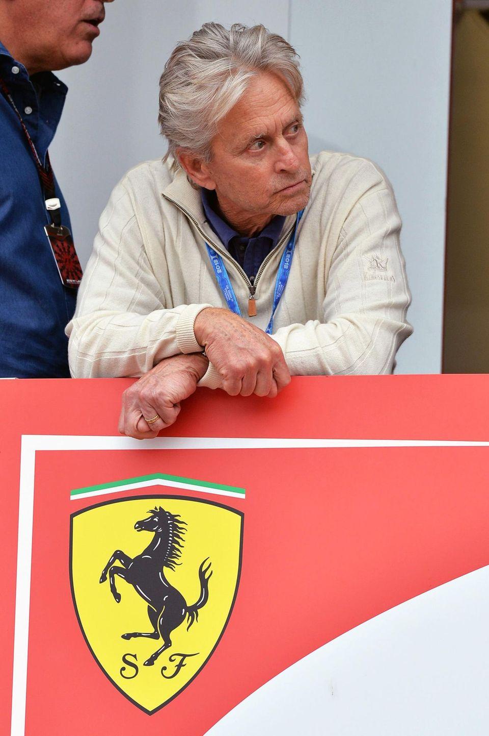 Michael Douglas ist zu Gast in der Boxengasse von Ferrari.