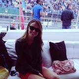 Stacy Keibler sitzt diekt an der Rennstrecke.