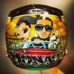 """""""Formel 1""""-Profi Lewis Hamilton präsentiert auf Twitter den Helm, den er beim Grand Prix in Monaco tragen wird. Zu sehen sind Freundin Nicole Scherzinger, Hund Roscoe und seine Wenigkeit."""