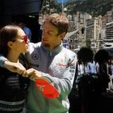 Jenson Button schlendert mit seiner Freundin Jessica Michibata durch das Fahrerlager.