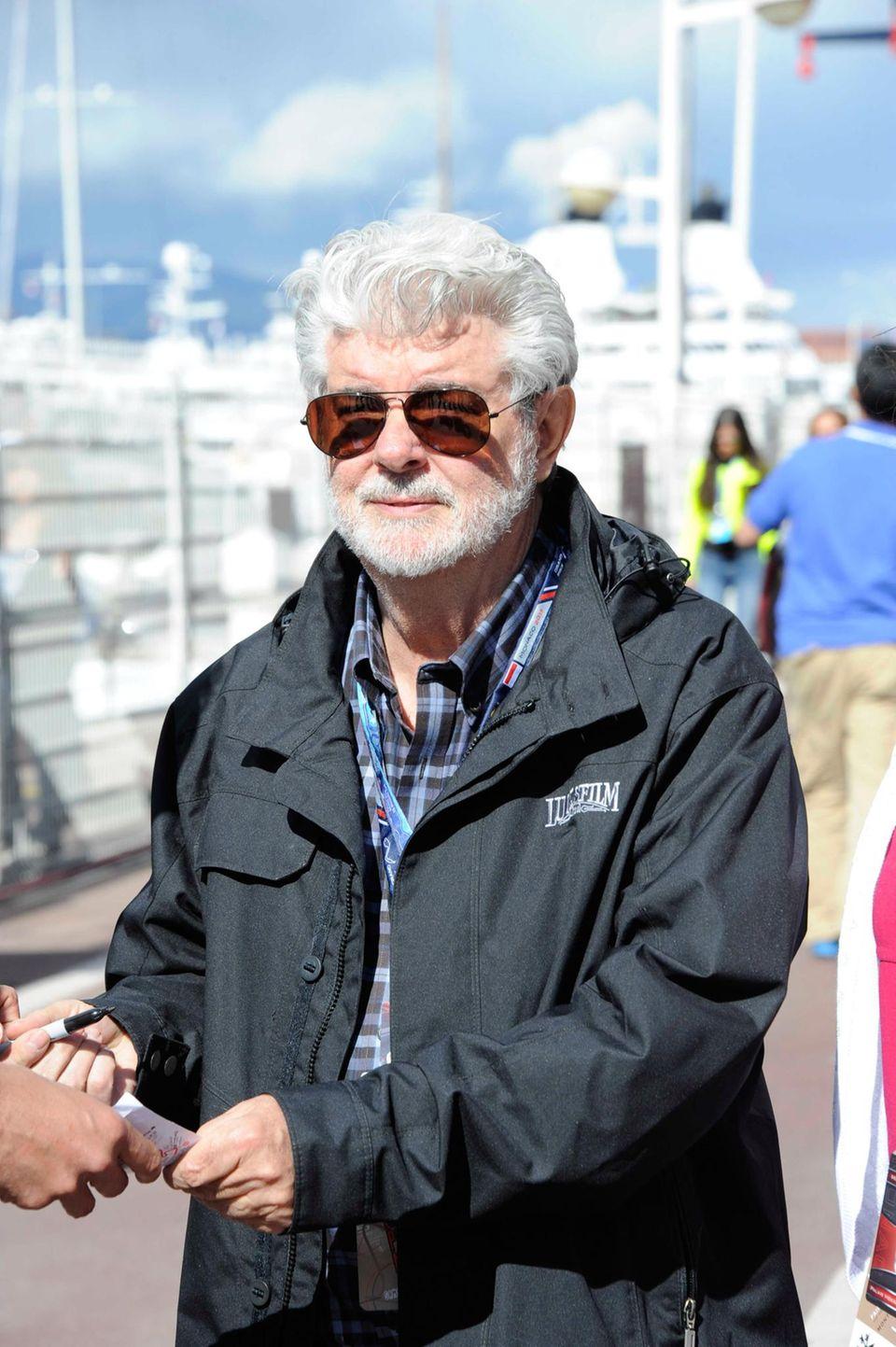 George Lucas verteilt auf dem Weg zur Strecke Autogramme.